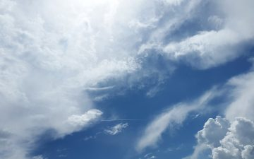 Photo de couverture - ciel bleu et nuageux