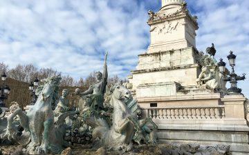 Place des Quinconces - Sculpture au bas du Monument aux Girondins