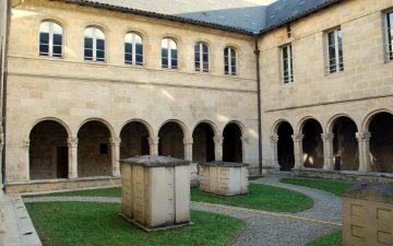 Couvent de l'annonciade, cours intérieurs avec les 5 sculptures de la banlieu bordelaise