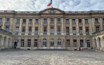 Photo de la façade de l'hôtel de ville depuis la cour