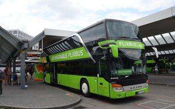 Bus vert Flixbus à une gare routière