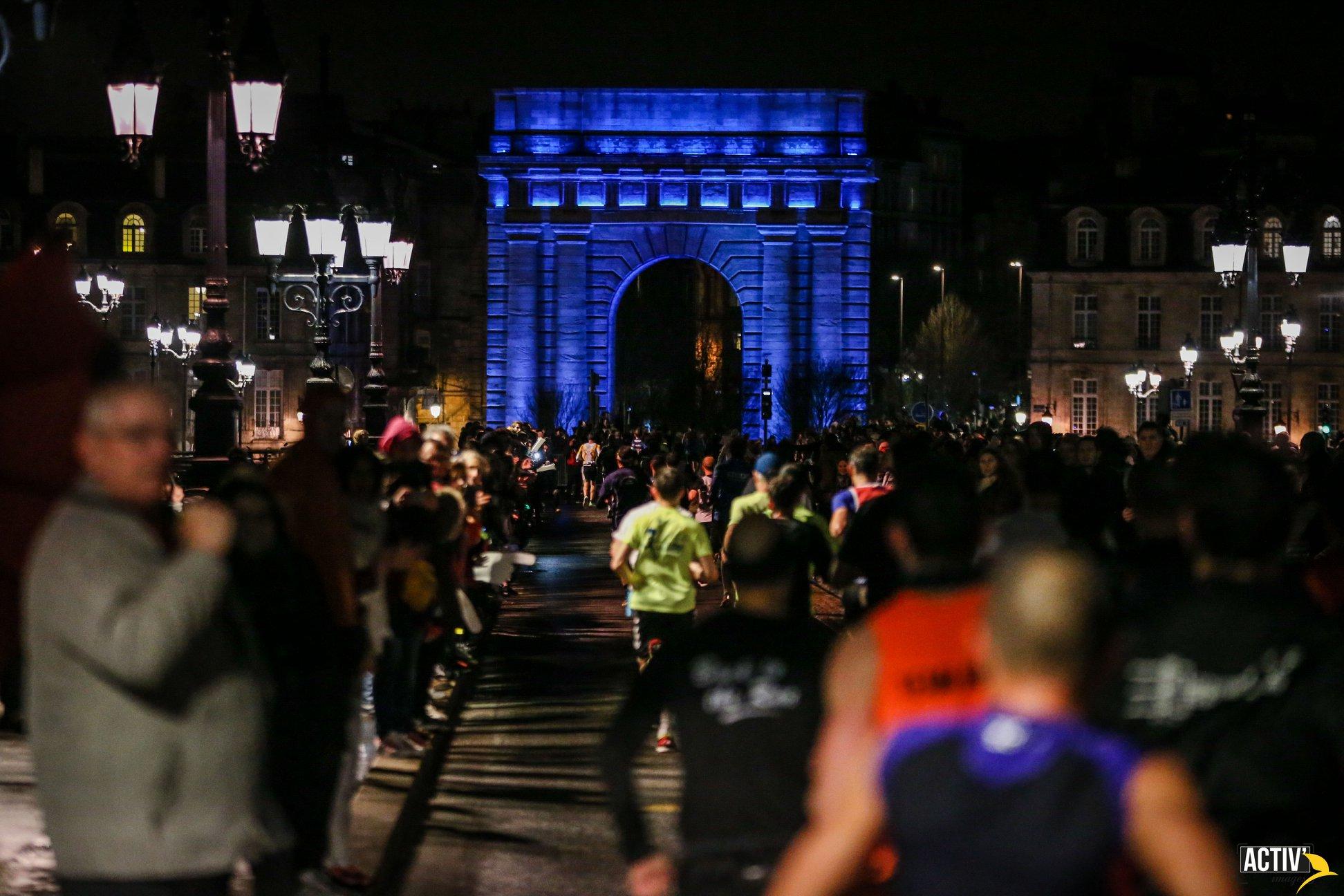 Photo de nuit, marathon de Bordeaux, porte Cailhau